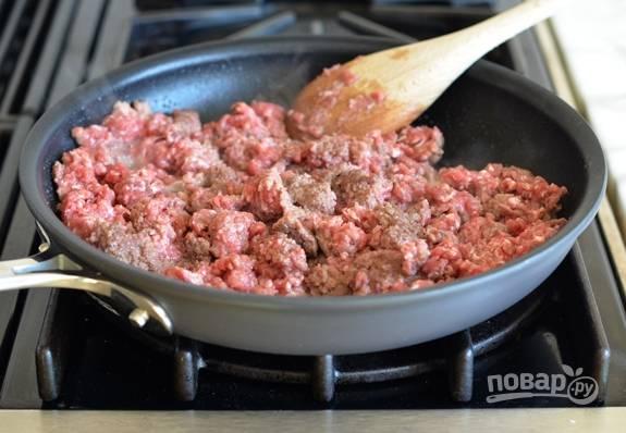 4. Затем в глубокой сковороде разогрейте масло. Обжарьте в нём фарш до коричневого цвета.