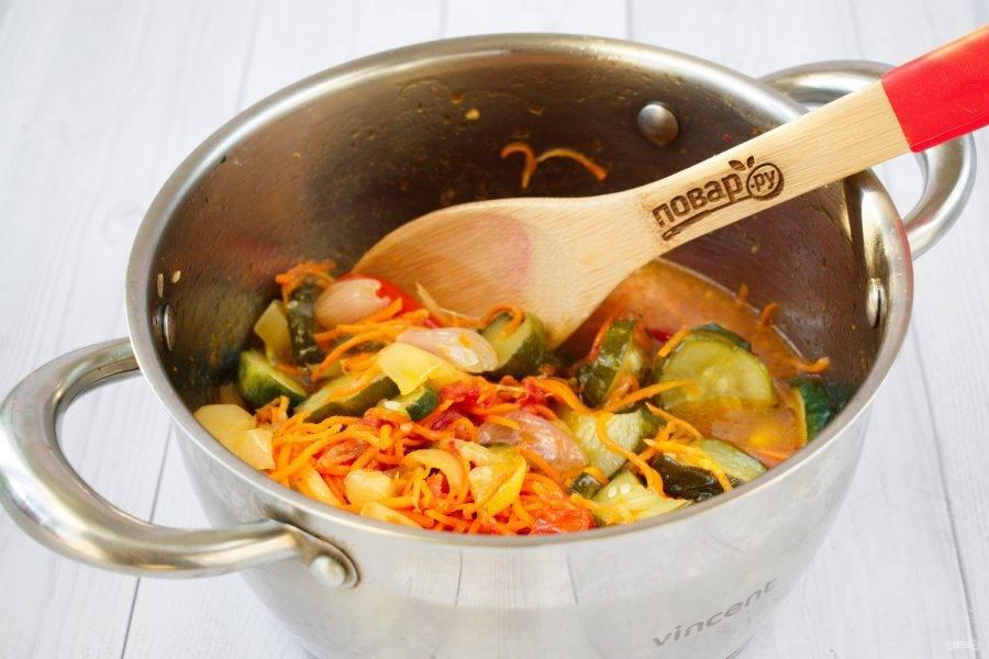 Влейте уксус, перемешайте, дайте постоять 15 минут. Поставьте на медленный огонь, доведите до кипения и варите до изменения цвета огурцов на оливковый.