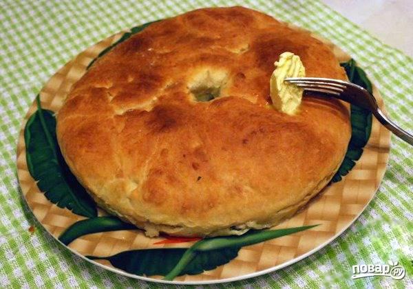 Духовку хорошенько разогрейте до двухста градусов. Поставьте в нее пирог и выпекайте двадцать минут. Готовый пирог смажьте сверху сливочным маслом.