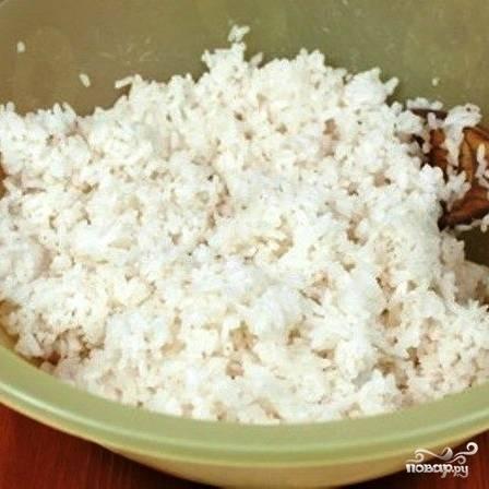 Рис отвариваем до готовности, перекладываем в широкую посуду, туда же добавляем рисовый уксус. Хорошенько перемешиваем и отставляем.