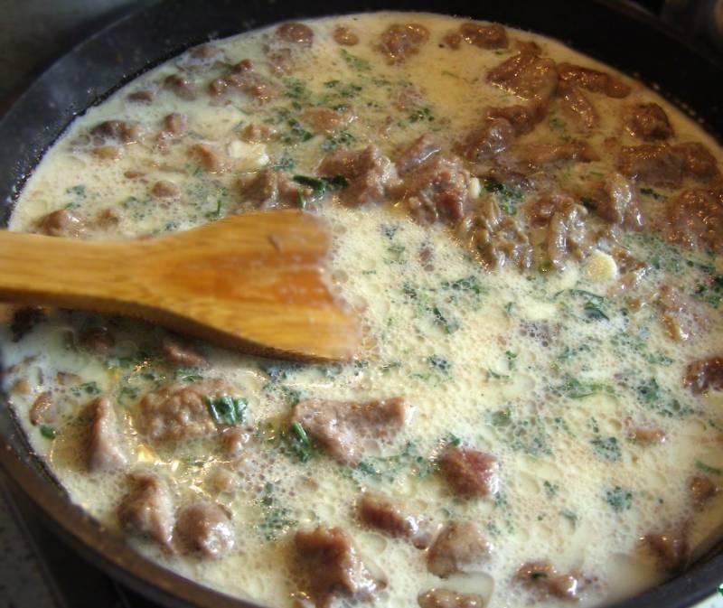 5. Теперь к нашему мясу добавьте зелень и в самом конце муку, чтобы соус сделать густым. Тщательно помешивайте во избежание комков. Доведите фрикасе до кипения и снимите с огня. Дайте постоять около 20 минут, после чего можете подавать как самостоятельное блюдо или вместе с гарниром (кашей, пюре или овощами).