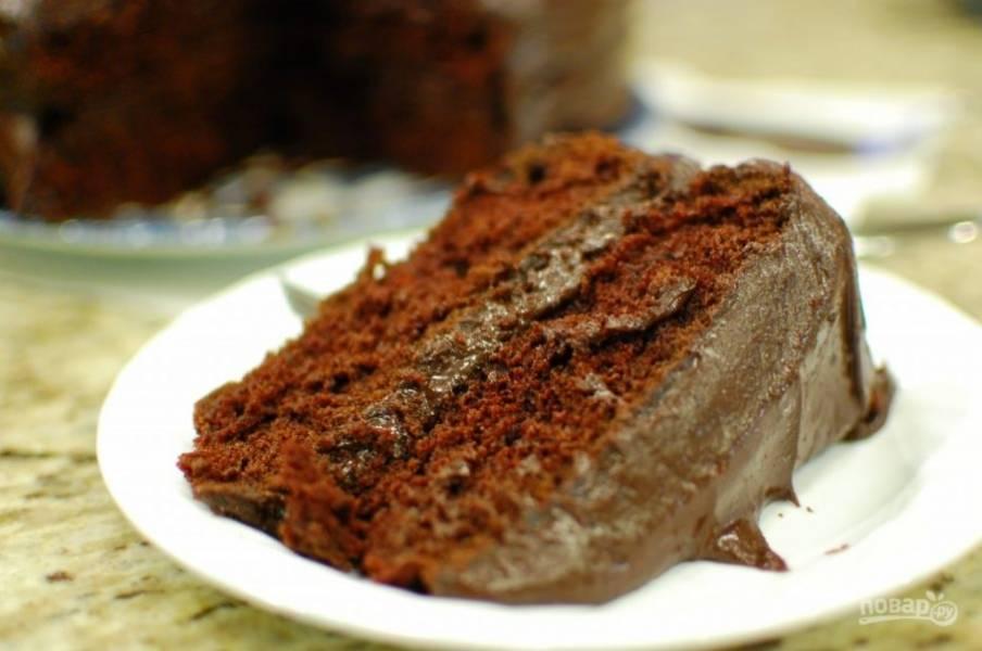 9.Выложите один корж, смажьте его половиной приготовленной глазури, затем накройте вторым коржом и полейте оставшейся глазурью, промажьте бока. Оставьте торт на несколько часов, затем подавайте.