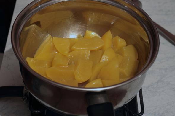 3. Пока мясо в духовке, на оставшемся от жарки масле обжарим немного абрикосы. Солим и перчим. Жидкость, ясное дело, предварительно отцедите.