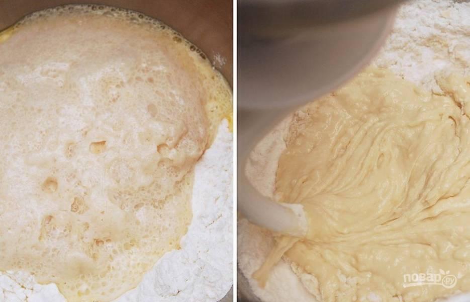 В чашу миксера отправьте муку, дрожжи, сахар, соль, яйца, молоко и 1/2 часть размягченного масла. Взбивайте смесь до получения блестящего  эластичного теста в течение 5 минут. При надобности добавляйте муку.
