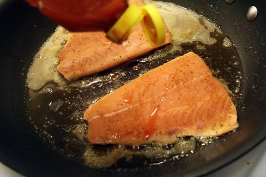 2. Разогреть сковороду. В зависимости от ваших вкусовых предпочтений использовать при приготовлении рыбы под сливочным соусом можно как растительное масло, так и сливочное. Выложить на разогретую сковороду рыбку. Добавить (если вы любите остренькое) пару капель острого перца.