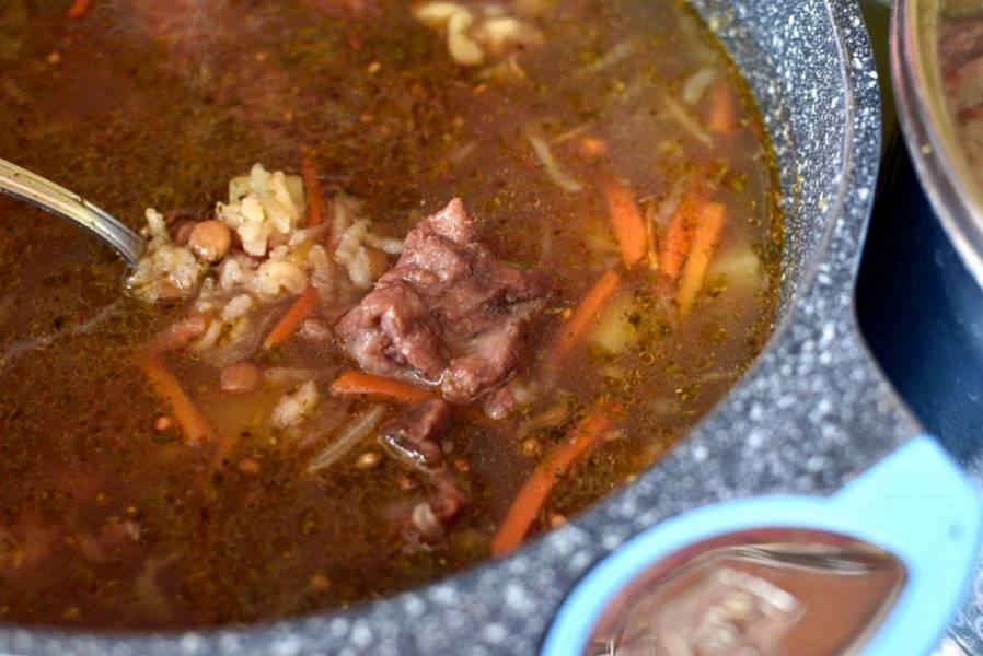 Опустите в суп пассеровку, добавьте отварное мясо, если вы варите суп на бульоне. Дайте закипеть.