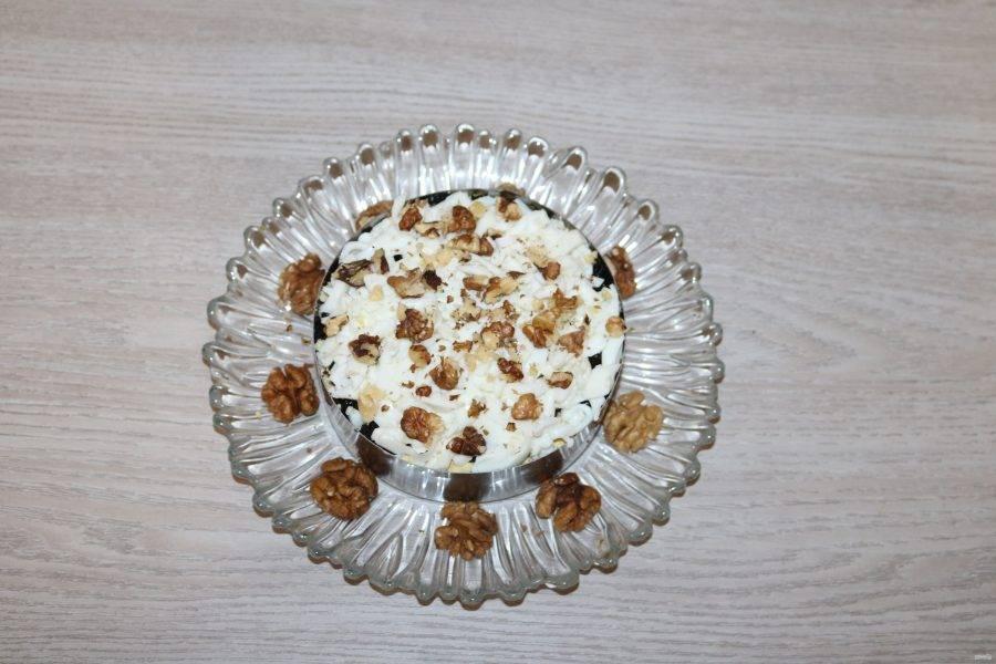 Грецкие орехи немного измельчите и посыпьте салат.