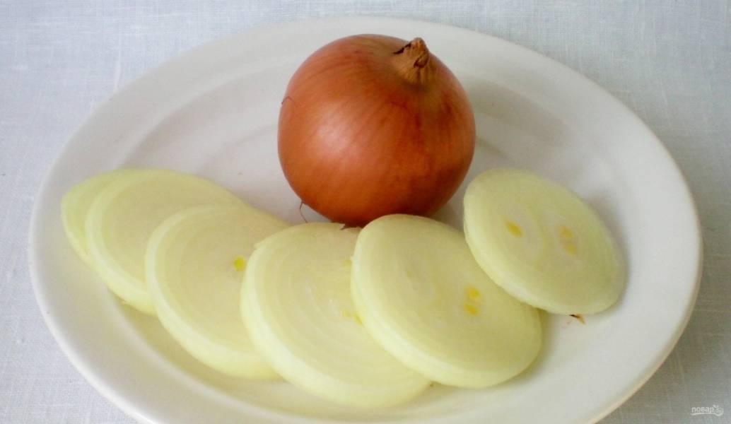 4. Луковицу чищу и мою, нарезаю толстыми кружочками, как для шашлыка.