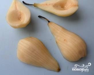Разрезать вдоль напополам. Вырезать сердцевинки и удалить все косточки. Сбрызнуть лимонным соком, чтобы не потемнели. Можно не резать фрукты, а приготовить целиком, если вам так больше нравится.