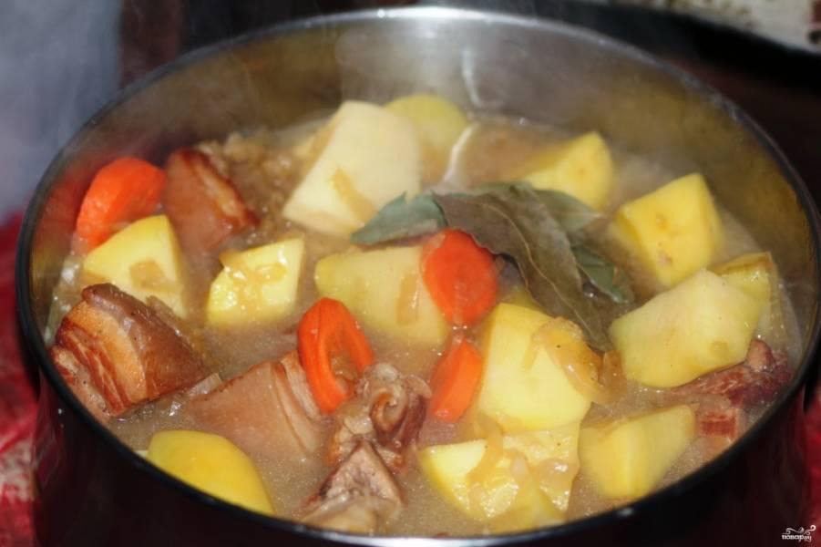 Добавьте овощи в казанок, бросьте лавровый лист.  Тушите еще минут 10.