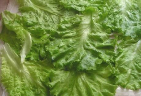 Сверху кладем промытые листья салата.