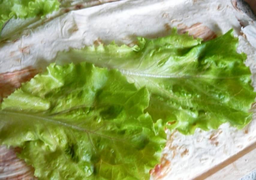 2.Мою и вытираю салатные листья, затем кладу их на лаваш.