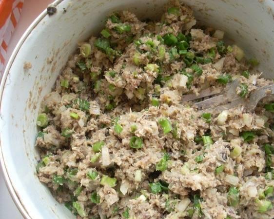 Смешайте лук с фаршем и слегка обжарьте на сковороде.