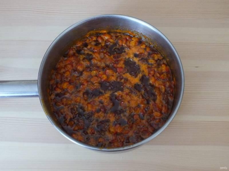 Готовое варенье охладите и после разлейте в чистые, сухие банки. Закройте капроновыми крышками и храните в прохладном месте.