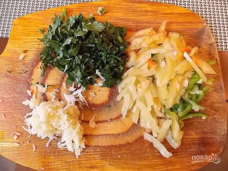 Порежьте зелень, болгарский перец и натрите чеснок.