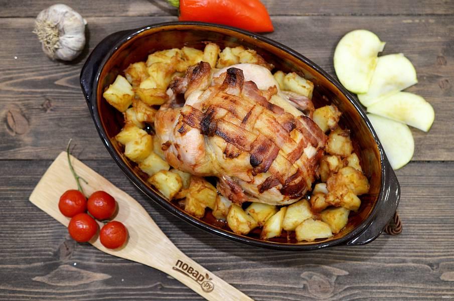 Курица, запеченная в беконе