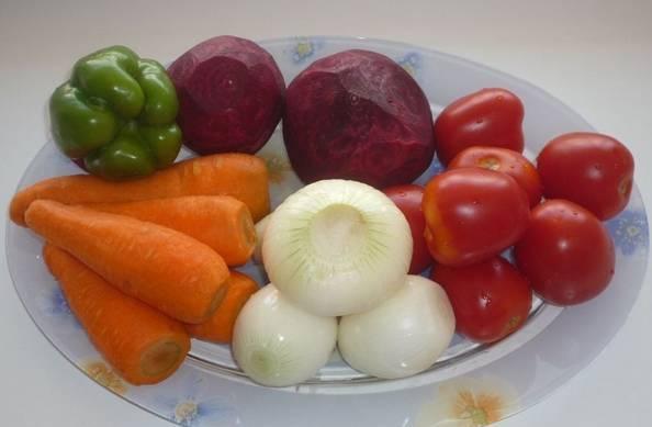 1. Подготовим ингредиенты (количество можно варьировать). На фото видно, какого размера овощи, поэтому вы смело можете ориентироваться на него. Все, кроме помидоров, трем на мелкой терке. Лук измельчаем произвольно.