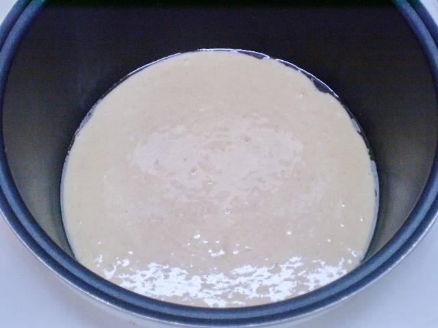"""Готовое тесто переливаем в чашу мультиварки. Я её смазала растительным маслом немного. Выпекаем в режиме """"Выпечка"""" 45-50 минут."""