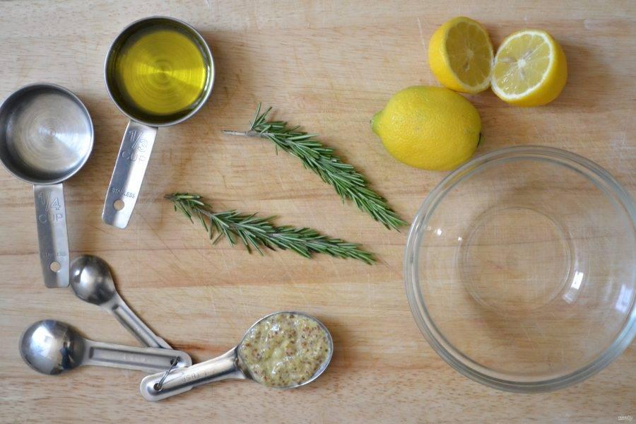 Подготовьте все ингредиенты. Розмарин мелко порежьте, натрите цедру и выжмите сок лимона. Промойте куриные грудки и обсушите.