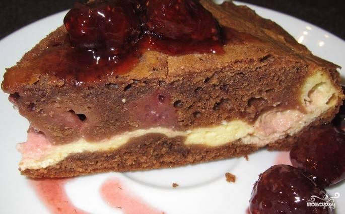 Духовку разогрейте до 180 градусов. Поставьте выпекаться пирог на 25 минут. Потом, как только выпечка немного остынет, подавайте лакомство к столу.