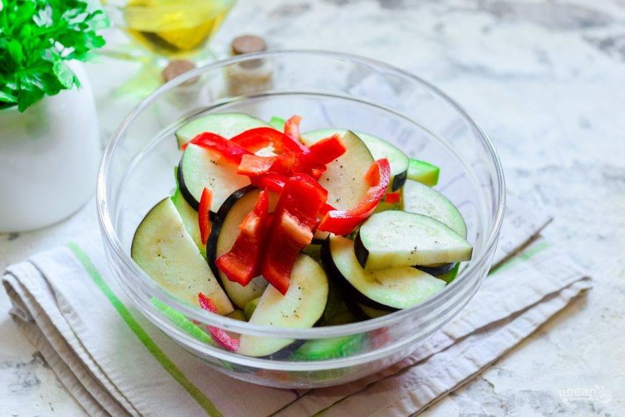 Также нарежьте полосками сладкий перец.
