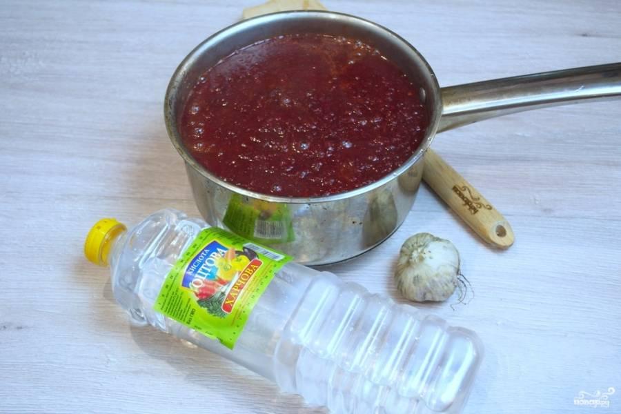 Вариться соус будет около 30 минут. Добавьте в соус уксус, выдавите через пресс чеснок. Добавьте сахар, соль, специи по вкусу (кориандр, молотые виды перца, орегано, пажитник). Выключайте.