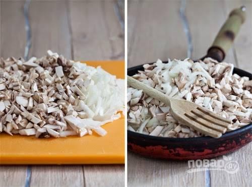 2. Очистите и измельчите луковицу. Обжарьте грибы с луком на растительном масле до готовности. Посолите, добавьте по вкусу перец и другие специи (при желании).