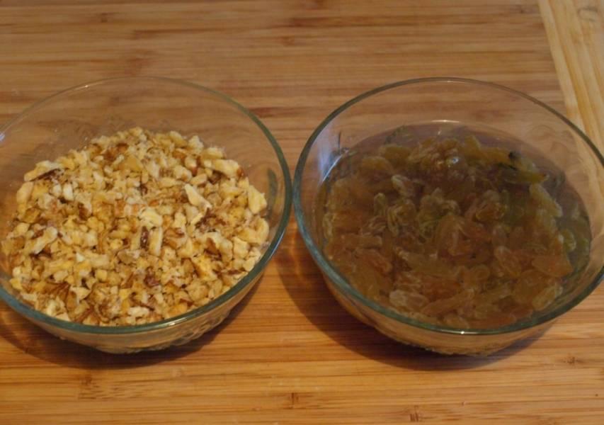 Изюм промываем и заливаем на 10-15 минут кипятком. Орехи высушиваем в духовке или на сухой сковороду, затем очищаем от шелухи и измельчаем.