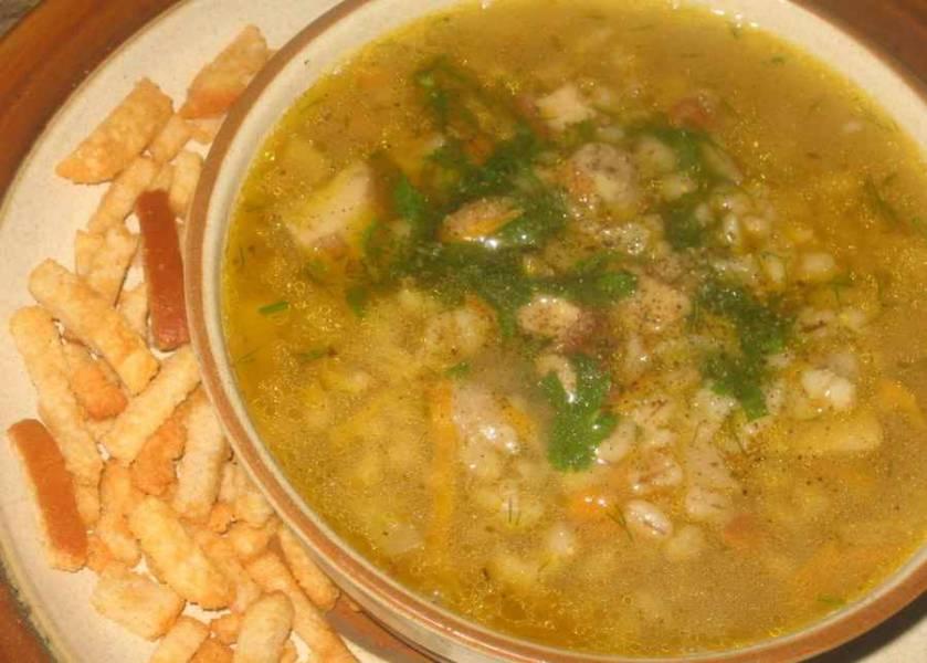 За 5 минут до готовности перловки выкладываем в кастрюлю грибы с овощами и солим суп. В самом конце добавляем измельченную зелень, снимаем кастрюлю с огня и даем супу еще пару минут настояться. Затем разливаем его по тарелкам и подаем с гренками и сметаной. Приятного аппетита!