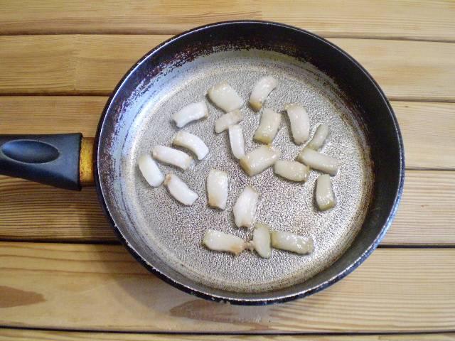 3. Отправляем его на сухую раскаленную сковороду и жарим, пока не вытопится немного жира.