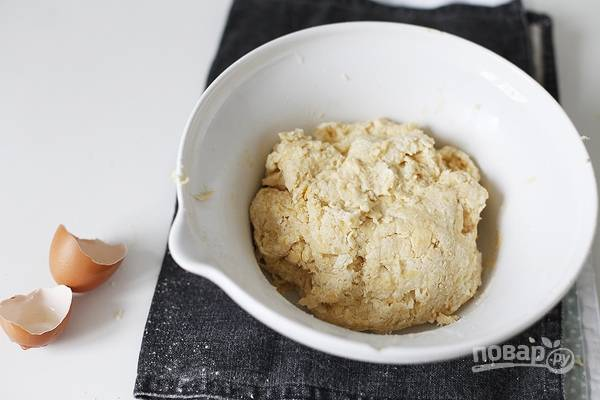 """Замесите тесто, положите его в пакет и уберите на полчаса в холодильник, чтобы оно """"отдохнуло""""."""