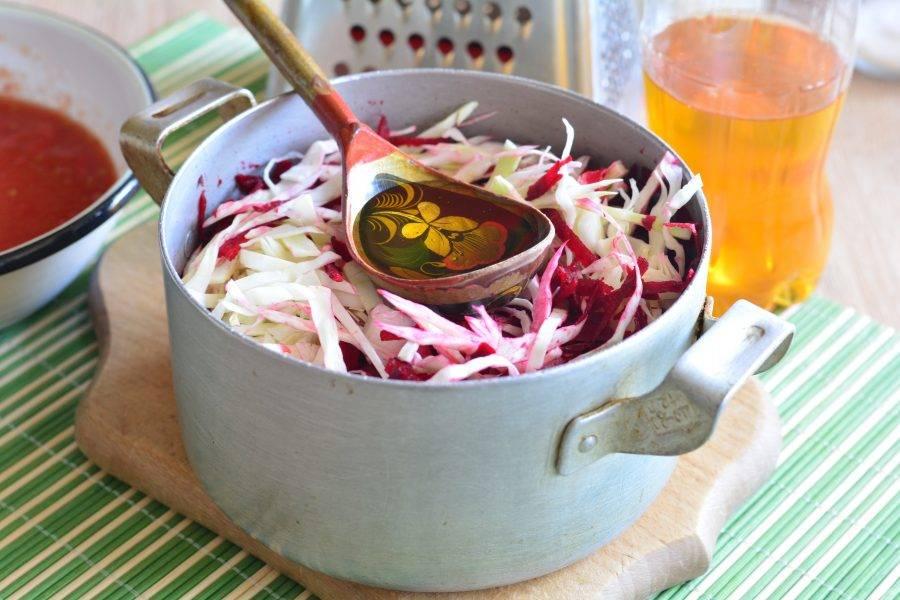 Перемешайте салат и влейте растительное масло.