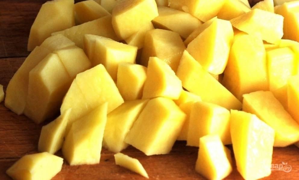 Затем почистите, промойте и нарежьте картофель. Добавьте его в бульон.