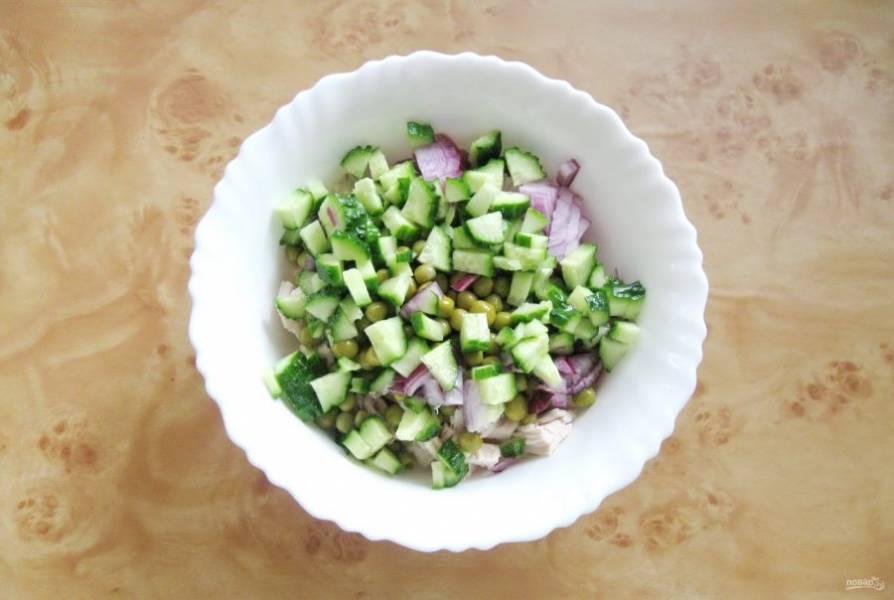 Крупный свежий огурец нарежьте и добавьте в салатник.