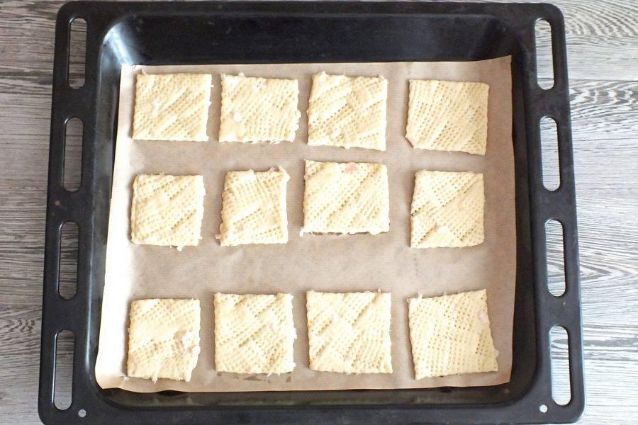 Противень застелите бумагой для выпечки. Выложите подготовленные заготовки. Выпекайте в разогретой до 160 градусов духовке 12 минут. Учитывайте особенности своей духовки!