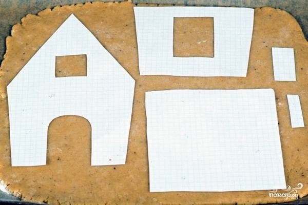 Тесто перед раскаткой согрейте при комнатной температуре. Сделайте из него тонкий пласт в 0,5 см. Уложите на него детали.