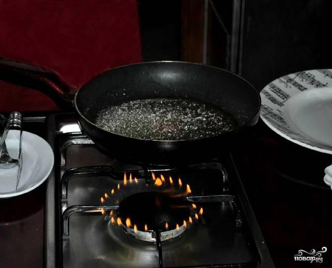 Нагреваем сковороду на газовой плите. Если у вас плита электрическая, пользуйтесь ей. Огонь нам понадобится позже. Растапливаем сахар на сухой сковороде.