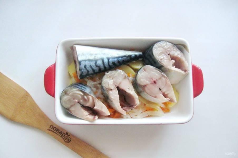 На овощи выложите кусочки скумбрии. Посолите рыбу.