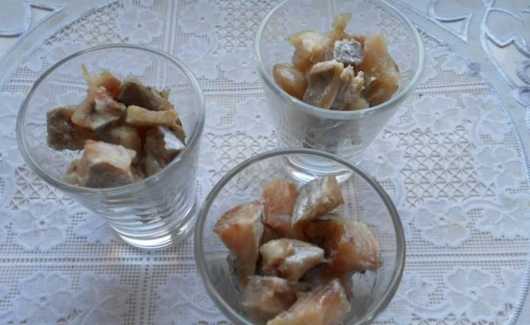 Начну с селедки под клюквенным соусом: филе сельди порежьте небольшими кубиками, выложите в порционные стаканчики.