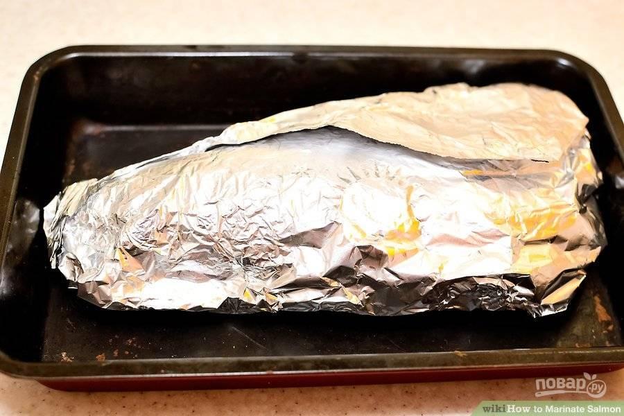 Замаринованную рыбу заверните в фольгу и отправляйте запекаться на 15 минут в заранее разогретую духовку до 200 градусов.