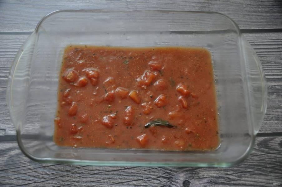 Налейте соус на дно формы для запекания.