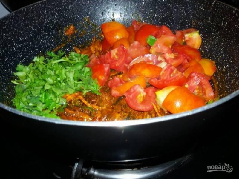 5. Добавьте в сковороду зеленый лук и помидоры. Тушите овощи до мягкости.