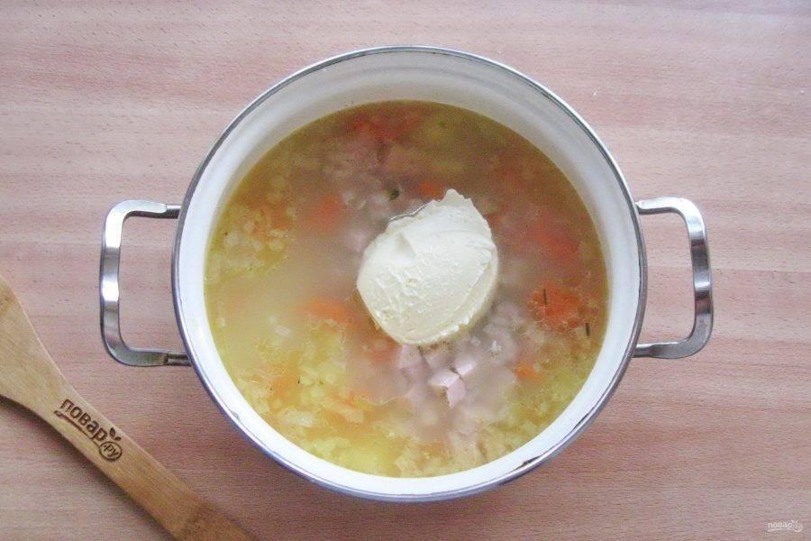 Суп посолите, поперчите и добавьте мягкий плавленый сыр.