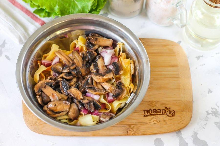 Выложите туда же остывшие обжаренные грибы. По желанию можете добавить нарезанные свежие или соленые огурцы, они тоже идеально гармонируют с остальными ингредиентами.