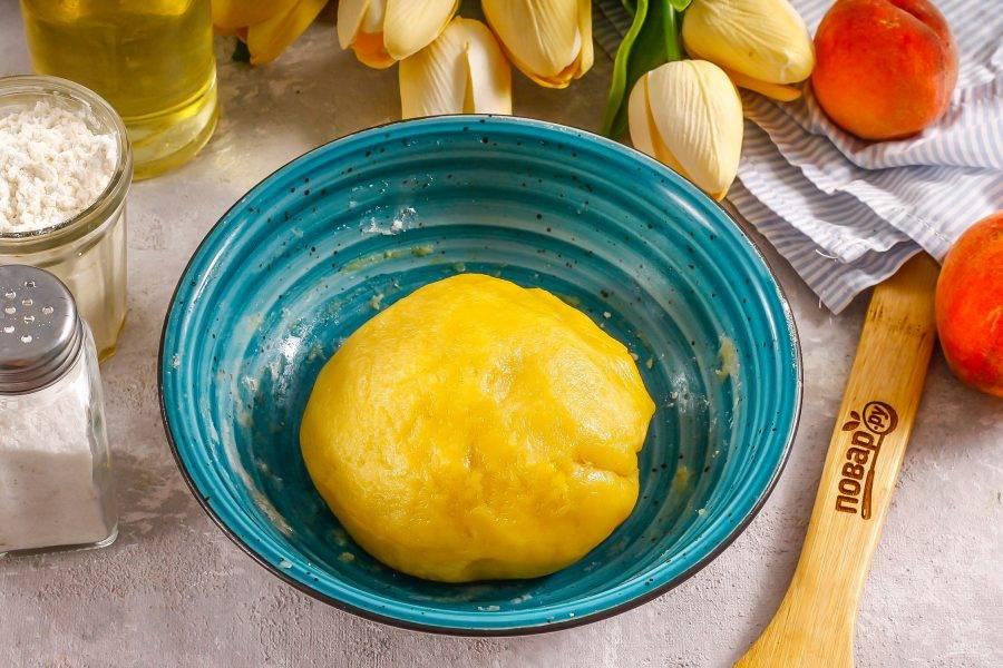Всыпьте пшеничную муку и вымесите песочное пластичное тесто. Можно добавить ароматизатор. Поместите тесто в холодильник на 15-20 минут, накрыв пищевой пленкой.