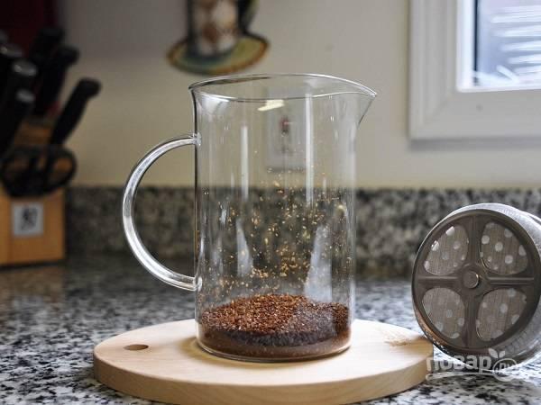 1. Обдайте пресс горячей водой и всыпьте кофе.