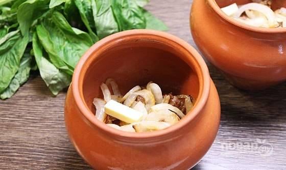 Далее выложите лук и кусочек сливочного масла.