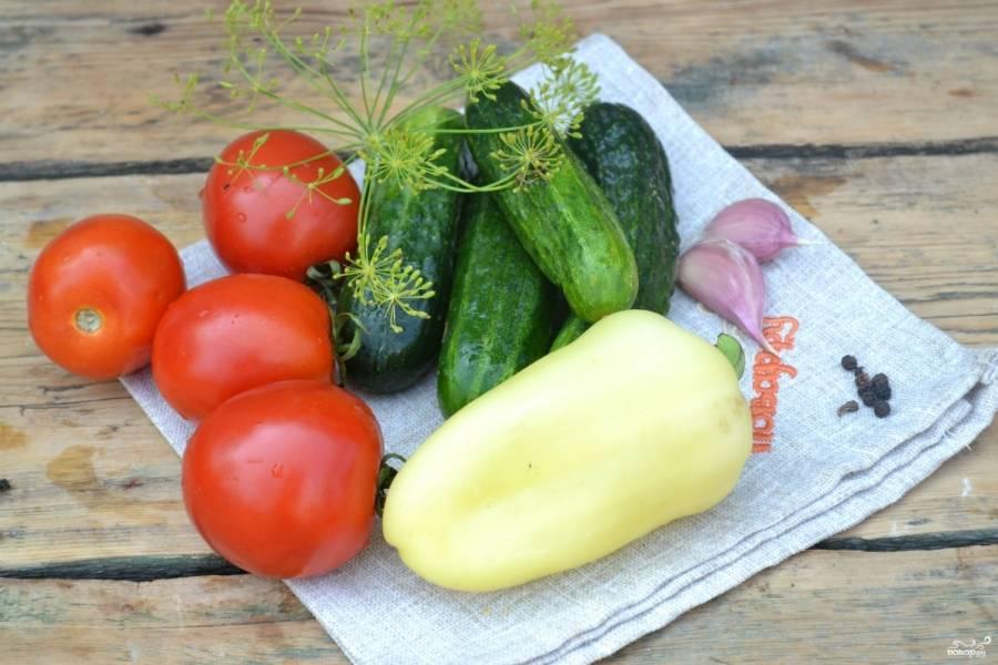 Подготовьте все необходимые ингредиенты. Овощи хорошенько промойте. Сладкий перец очистите от семян и плодоножки.