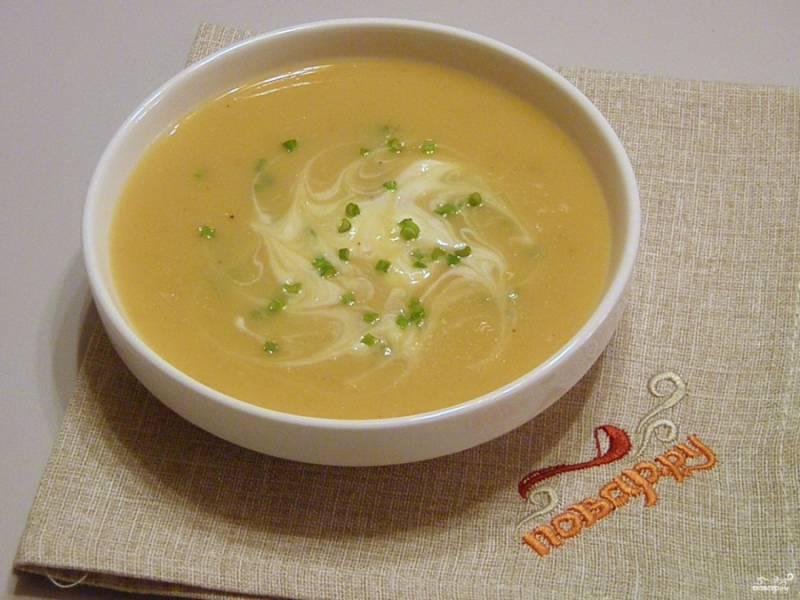 8. Разлейте суп по тарелкам, добавьте сметану и зелень. Приятного аппетита!