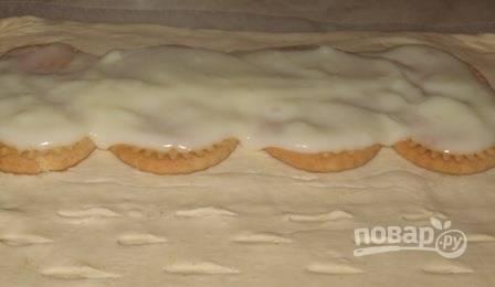 Приготовьте пудинг так, как это указано на упаковке. Если у вас нет такого пудинга, то его можно заменить заварным кремом. Выложите массу на печенье так, чтобы она большей частью его покрыла.
